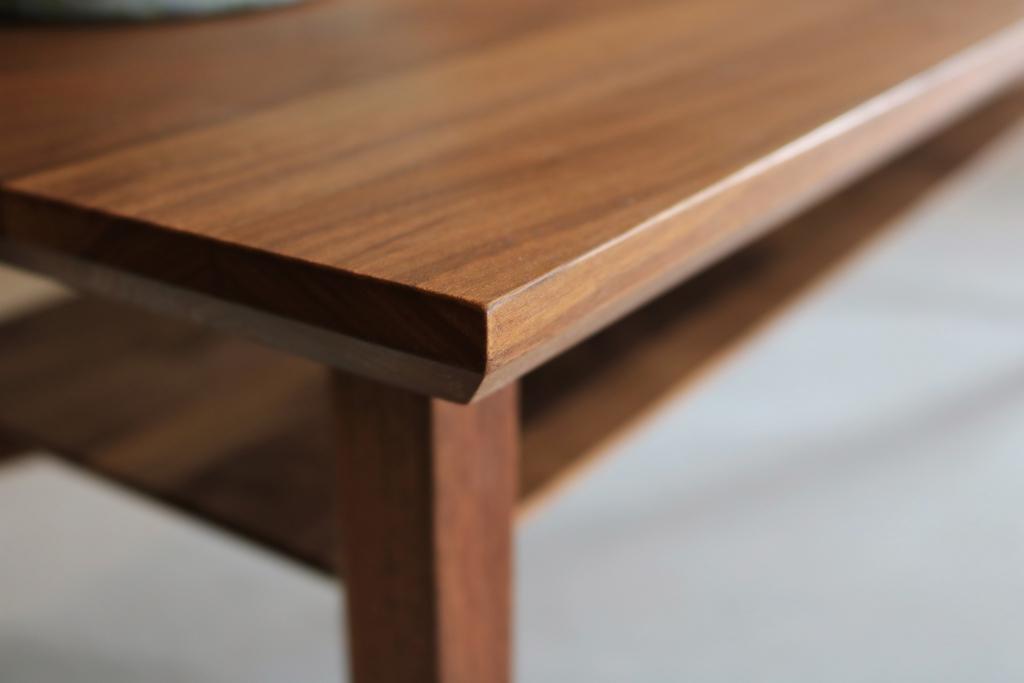 シャープさが魅力のテーブル